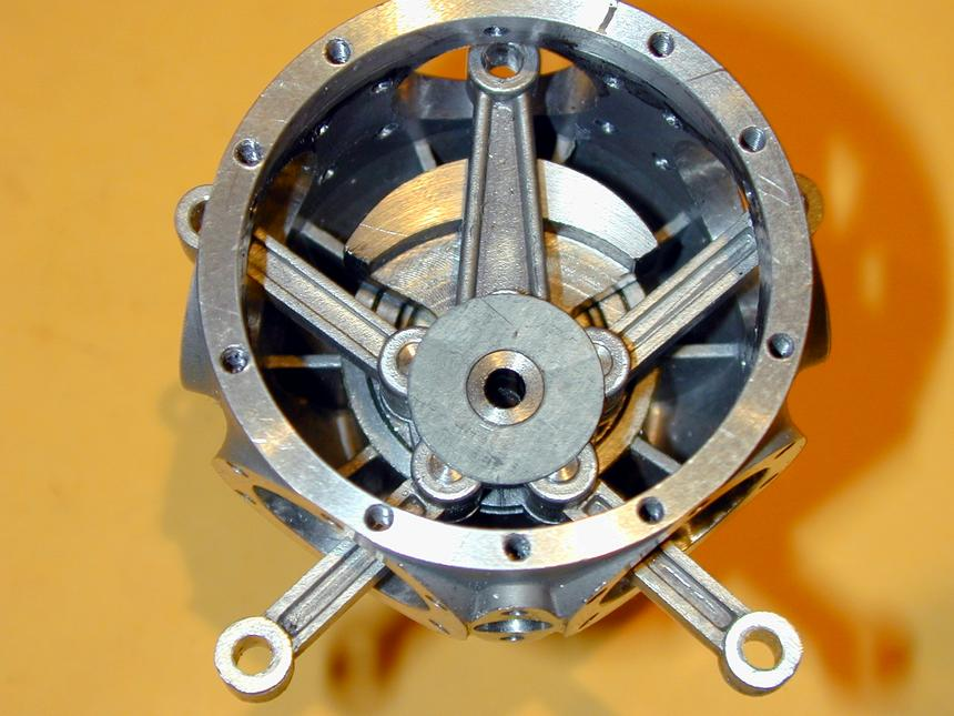 Он представляет собой 4-х тактный 9-и цилиндровый бензиновый двигатель воздушного охлаждения со звездообразным
